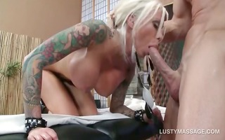 smutty blond filling her wet crack with masseurs