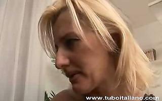 mother i casalinga trombata in cucina