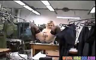 salope blonde baisee sur son lieu de travail