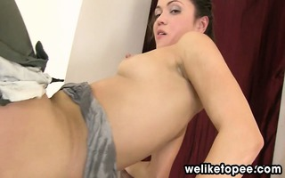 brunette hair stretches her cunt to pee
