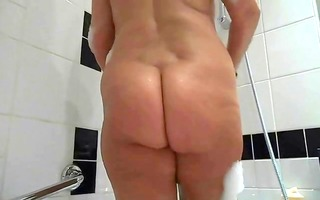 vieille dame de 26 ans au salle de bain by