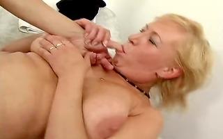 mamie aux gros seins aime les jeunes bites by