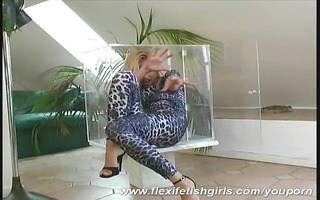 flexi sandy crawling in glasbox